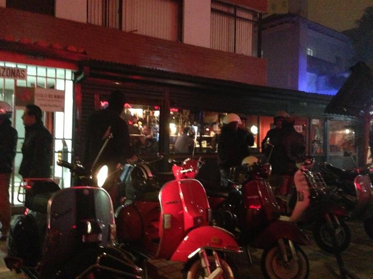 """Un """"stop"""" seguro se da en la zona de la Mariscal. Es común encontrar en esta parte de la ciudad, los jueves, decenas de motos vespas parqueadas afuera de algún local comercial."""