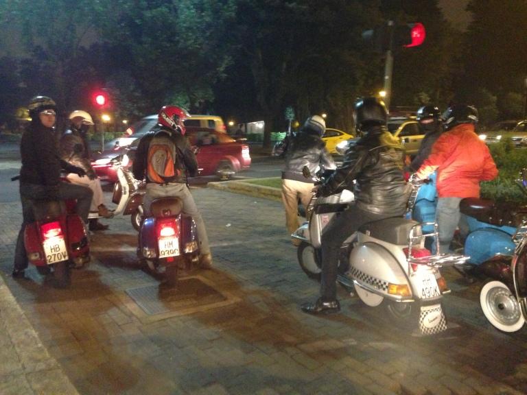A las19:30, en la gasolinera Primax de la 6 de Diciembre y Orellana, un grupo de 10 fanáticos de las vespas se juntaron con un destino: dar una vuelta por Quito y comer. Siempre hay una buena excusa para adueñarse de las calles los jueves.