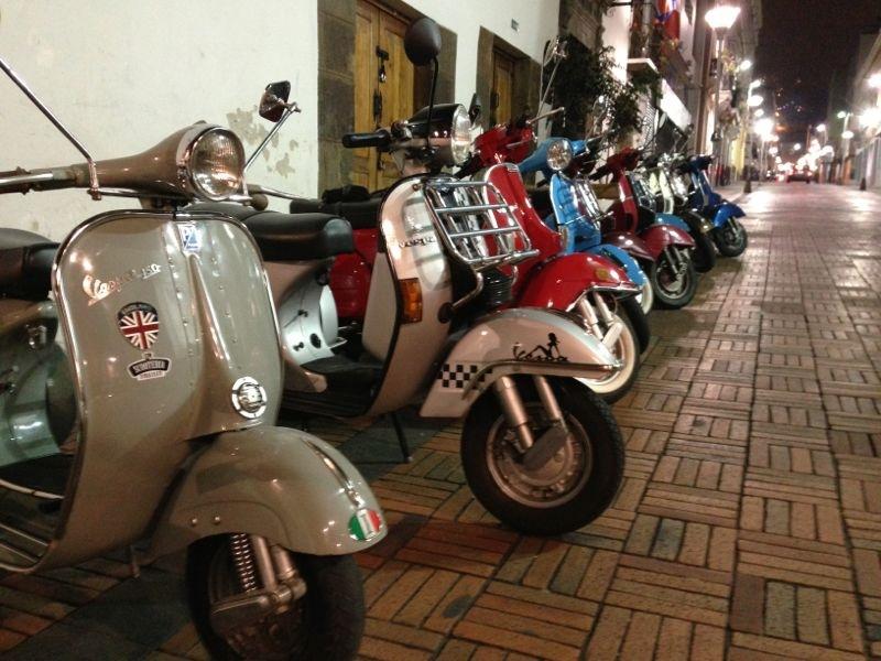 Ya en el Centro Histórico, las motos descansan en una hilera, mientras sus dueños estiran las piernas y le toman fotos a la noche. Todos juntos. Nadie se queda atrás.