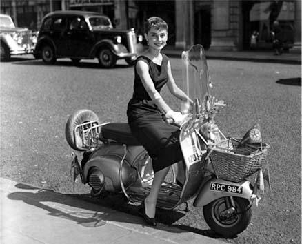 """La leyenda dice que cuando Enrico Piaggio vio por primera vez esta moto que había mandado a diseñar a Corradino D'Ascanio, exclamó: """"Bello, sembra una vespa"""" (Hermosa, parece una avispa). La vespa nace en Pontedera, en Italia,  en 1946 y desde entonces se ha convertido en la scooter más famosa de todas. En la foto vemos a Audrey Hepburn, en una imagen promocional de la película """"Roman Holiday"""", de Billy Wilder.  Imagen tomada de cinevisiones.blogspot.com"""